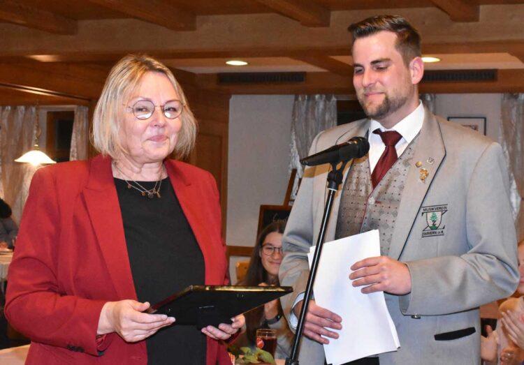Claudia Mink wurde nach 26 Jahren an der Spitze des Musikvereins von ihrem Vize Fabian Nastold zur Ehrenvorsitzenden ernannt. Foto: wede