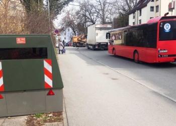 Hier, in der Oberndorfer Straße, stand der Blitzer zwei Wochen im Februar und März. Die Geschwindigkeitsbeschränkung von 30 km/h wurde in dieser Zeit von 556 Autos missachtet, allerdings fuhren nur sieben mehr als 20 Kilometer je Stunde zu schnell. Archiv-Foto: wede