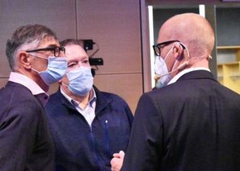 OB Broß mit zwei der Initiatoren der Petition, Prof. Frank Huber und Stefan Roth. Foto: wede