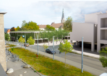 So könnte das neue Parkhaus am Nägelesgraben aussehen. Angedacht ist eine Dach- und Fassadenbegrünung, auch Fahrradständer und kleinere Bäume im Umfeld sind geplant. Bei der Einwohnerversammlung wird die Stadt Rottweil weitere Visualisierungen aus verschiedenen Perspektiven präsentieren  (Grafik: Stadt Rottweil).