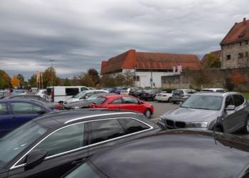 Parkplatz am Nägelesgraben mit Blick Richtung Gefängnis und Kaufhaus am Kriegsdamm. An dieser Stelle ist der neue Zentrale Umsteigeplatz für Busse (ZUP) geplant (Foto: Stadt Rottweil / Tobias Hermann).