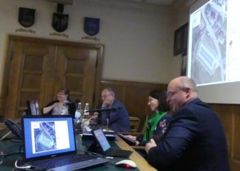 Tiefbauchchef Konrad Ginter (rechts) stellt die verschiedenen Parkplatzvarianten im Ausschuss für Umwelt und Technik vor. Foto: him