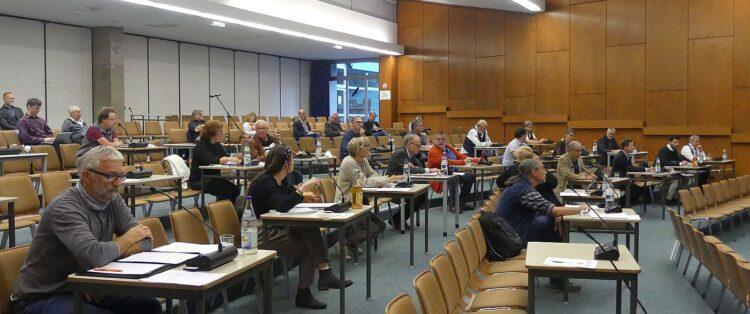 Sachliche Debatte in der Aula des Gymnasiums. Foto: him