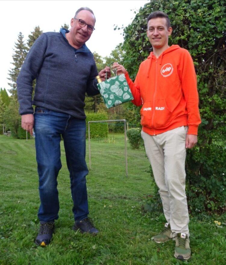Zur Verabschiedung überreichte Thomas Koch eine Tüte mit Wegzehrung an Tobias Raffelt (rechts). Foto: pm.