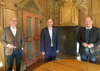 Oberbürgermeister Ralf Broß und Bürgermeister Dr. Christian Ruf gratulieren Markus Finke zur Wahl als neuer Abteilungsleiter Wirtschaftsförderung, Stadtmarketing und Tourismus (Foto: Stadt Rottweil / Hermann).
