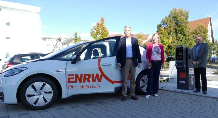 Von links: ENRW-Geschäftsführer Christoph Ranzinger, Bürgermeisterin Carmen Merz und Holger Hüneke, technischer Leiter der ENRW, bei der Aufladung eines E-Fahrzeugs. Foto: pm