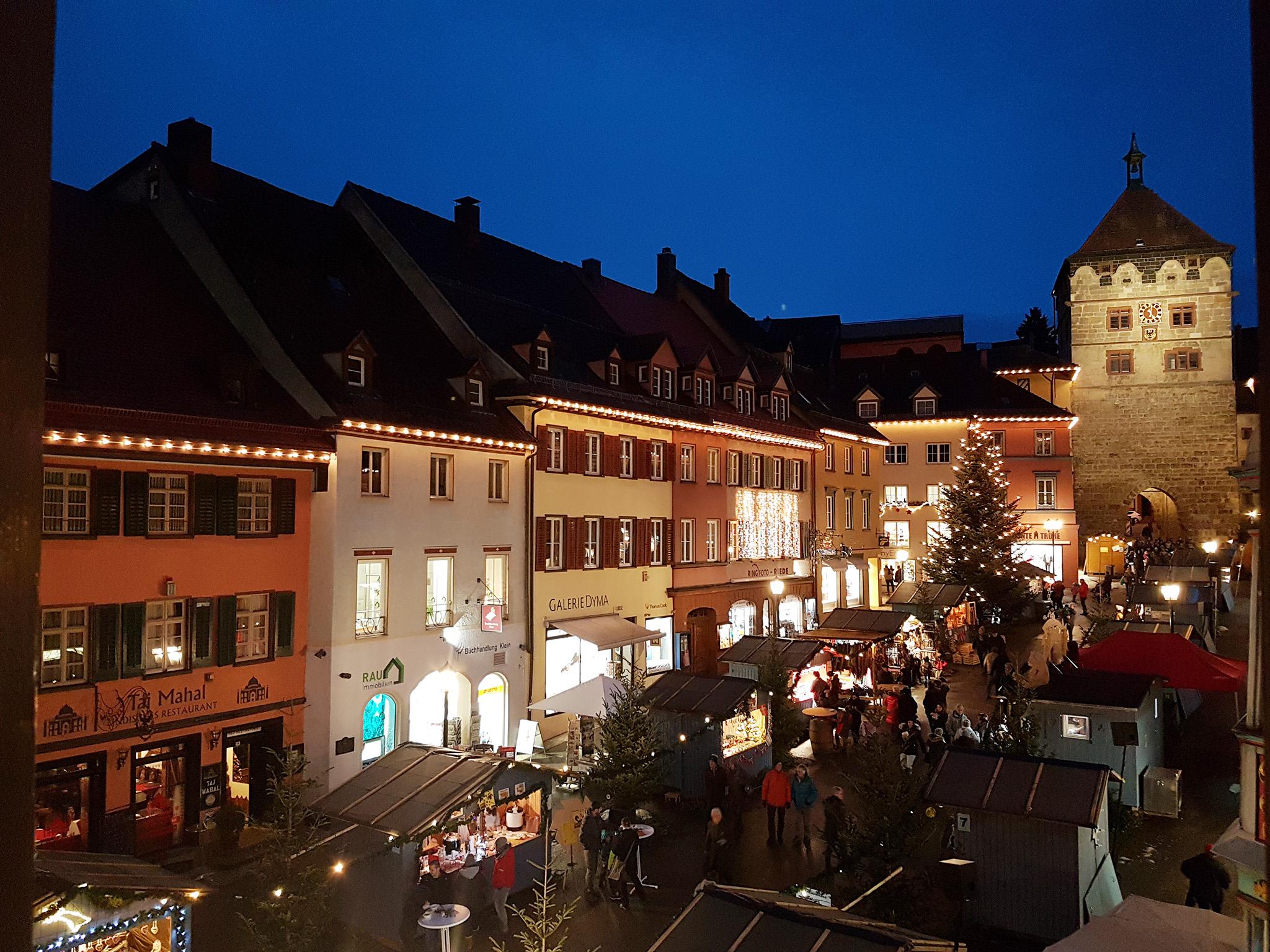 2021 wird es wieder einen Weihnachtsmarkt in Rottweil geben – allerdings werden die Hütten mit größerem Abstand aufgestellt als es in der Vergangenheit üblich war (Archiv-Foto: Stadt Rottweil / Hermann).
