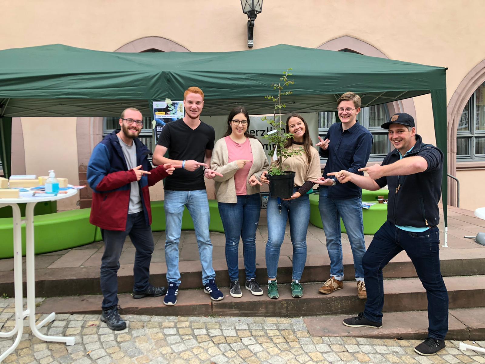 Die Ehrenamtlichen des Kath.Jugendreferat/BDKJ-Dekanatsstelle Rottweil haben am  Tag der Deutschen Einheit eine Baumpflanzaktion zum Thema Einheitsbuddeln gemacht. Foto: BDKJ